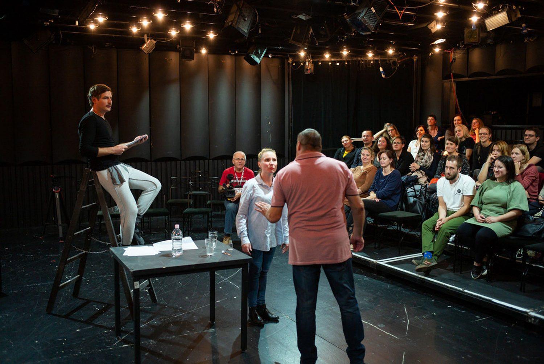 Mlado gledališče 2019, Beli zajec, rdeči zajec, foto: arhiv SLOGI